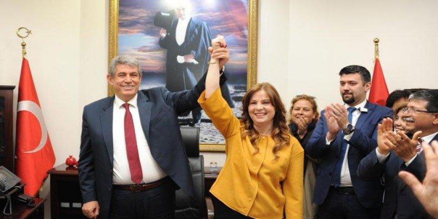 İzmir'in en ilginç devir teslimi: Başkanlık görevini eşinden devraldı