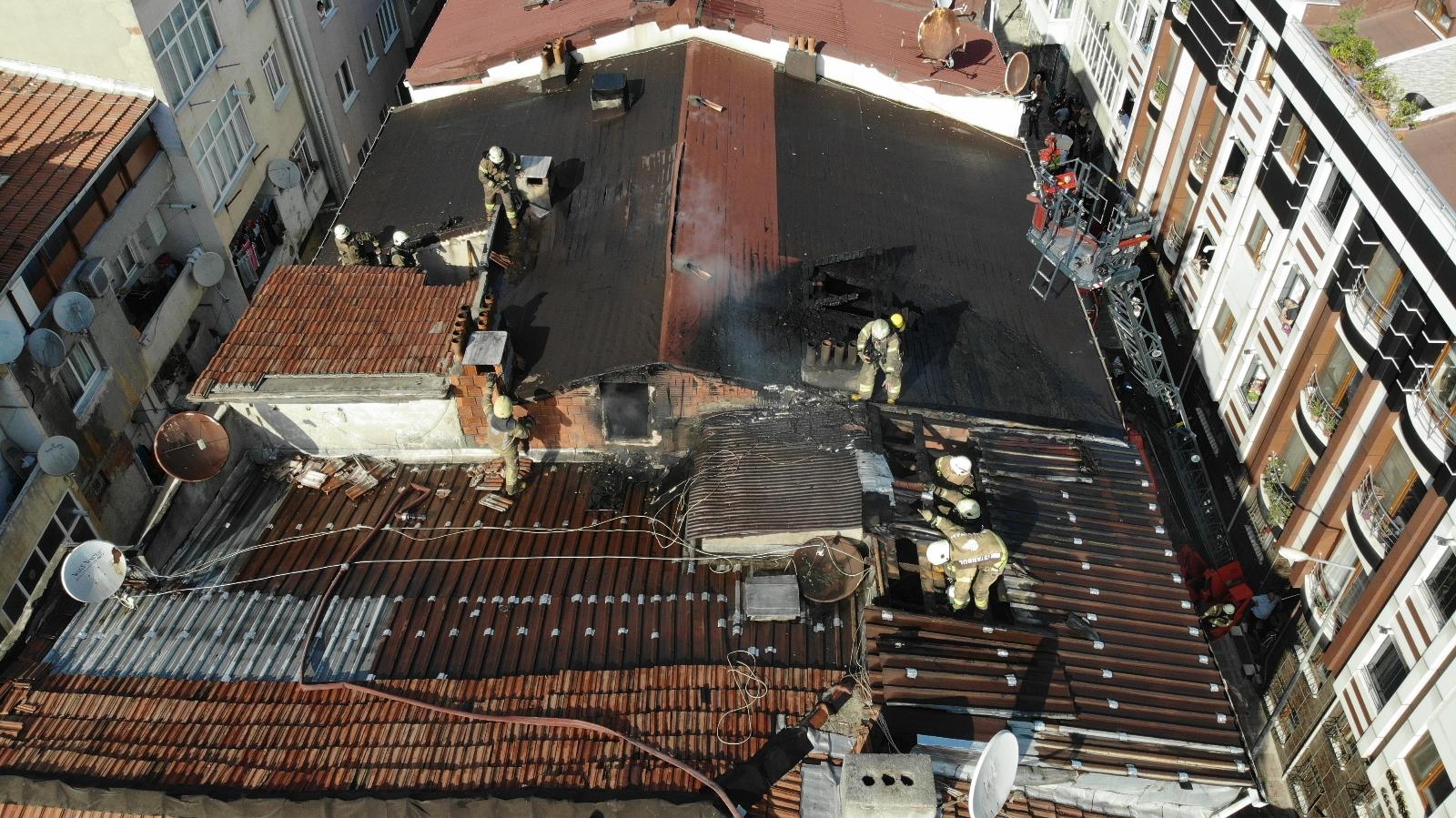 Bayrampaşa'da Bir Binanın Çatısında Çıkan Yangında 100 Güvercin Telef Oldu
