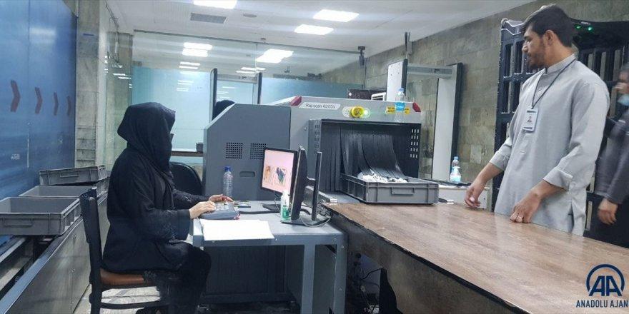 Kabil'de havalimanında çalışan kadınlar, tekrar iş başı yaptı