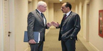 Cumhurbaşkanlığı Sözcüsü Kalın, ABD'nin Suriye Özel Temsilcisi Jeffrey'le de görüşürken aynı pozu verdi