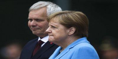 Titreme Nöbeti Geçiren Merkel'den Açıklama: Benim İçin Endişelenmenize Gerek Yok