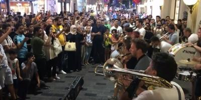 Fransız Sokak Müziği Grubunun 'Ezan' Hassasiyeti