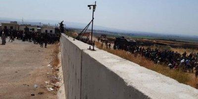 Yüzbinlerce Suriyeli Türkiye sınırına dayandı