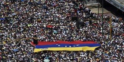 Venezuela'daki hükümet ve muhalefet yanlılarından gösteriler