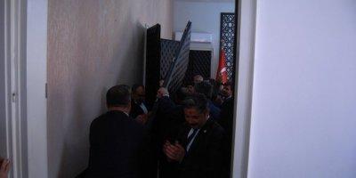 AK Parti'den belediyeyi devralan CHP'li başkan, makam odasının kapısını söktürdü