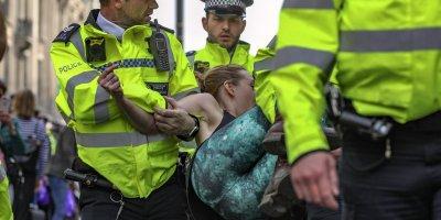 LONDRA'DAKİ ÇEVRECİ İŞGAL EYLEMİNDE GÖZALTINA ALINAN EYLEMCİ SAYISI 750'Yİ AŞTI