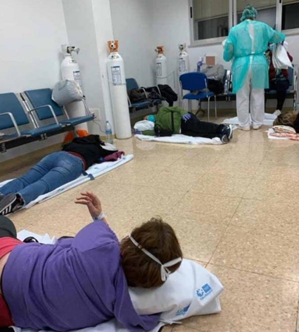 spanyada-hastanelerde-hastalar-koridorda-yatiyor.jpg